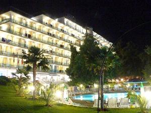 Hotel Perla nocą